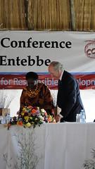 烏干達旅遊、野生物暨古物部代表與國際國民信託聯盟主席共同簽署恩德培宣言。