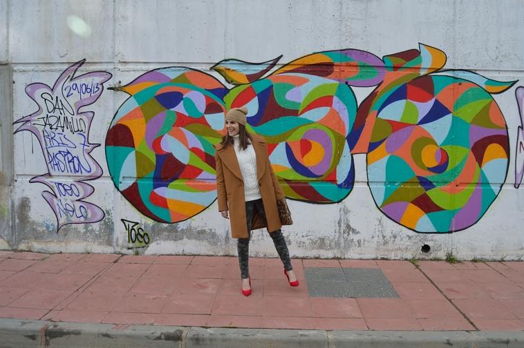lara-vazquez-madlula-blog-fashion-abrigo-marron-camouflage-jeans-zapatos-rojos