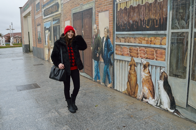 lara-vazquez-madlula-blog-fashion-streetstyle-red-beanie-faux-fur-coat