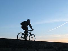 Bicikliranje u zalaz Sunca