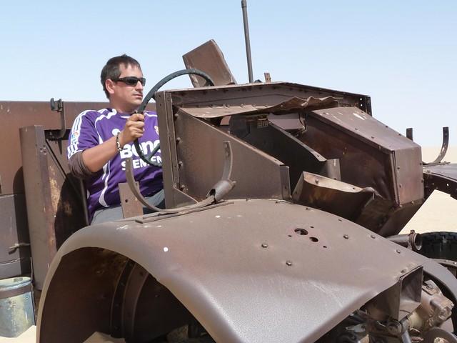 Sele en un vehículo de la II Guerra Mundial abandonado en el Gran Mar de Arena (Desierto Líbico, Egipto)
