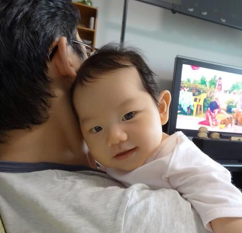 生後二カ月。カメラ目線とスマイルも覚えてきました。女の子もイ チコロでしょう。