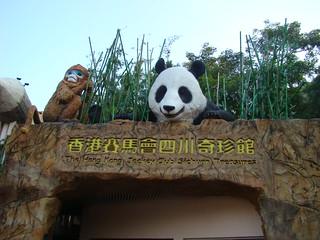 162 Bij gebouw met panda's en apen