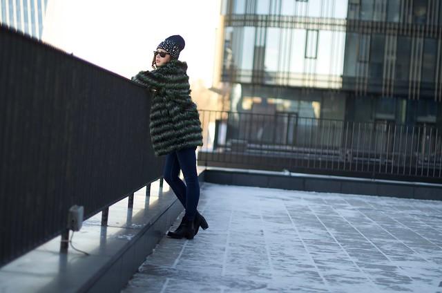 LIP_lifeinpolkadotcom_lifeinpolka_aksinia_aksinias_photoshoot_polka_dot_streetstyle_green_furcoat_13