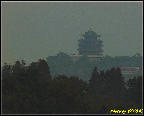 杭州 吳山天風景區 - 073 (城隍閣 從西湖十景之 蘇堤 望向城隍閣)