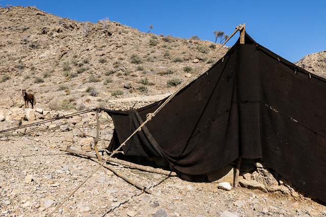 Brack tent of Qashqai nomads, Firuzabad, Iran フィールーズ・アーバード、カシュガイ族の黒いテント