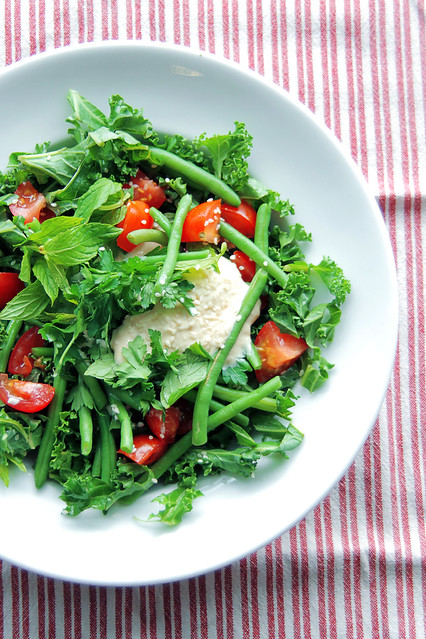 Kale week, recipe n.4: kale, tomatoes, green beans, mint, parsley, sesame seeds. Dressing: hummus, soya cream, extra virgin olive oil and cider vinegar. #salad #vegan #vegetarian #kale #beans #tomatoes #hummus #sesame #soya #cream #mint #parsley