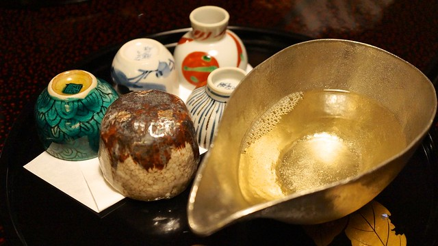 Photo:20131121_日本北陸玩_第八天 357 用很假掰很厚重金閃閃的酒器裝Sake,可以任意挑杯子。可惜,酒器、陶瓷都沒研究,左上角據說叫:九谷燒 By macglee