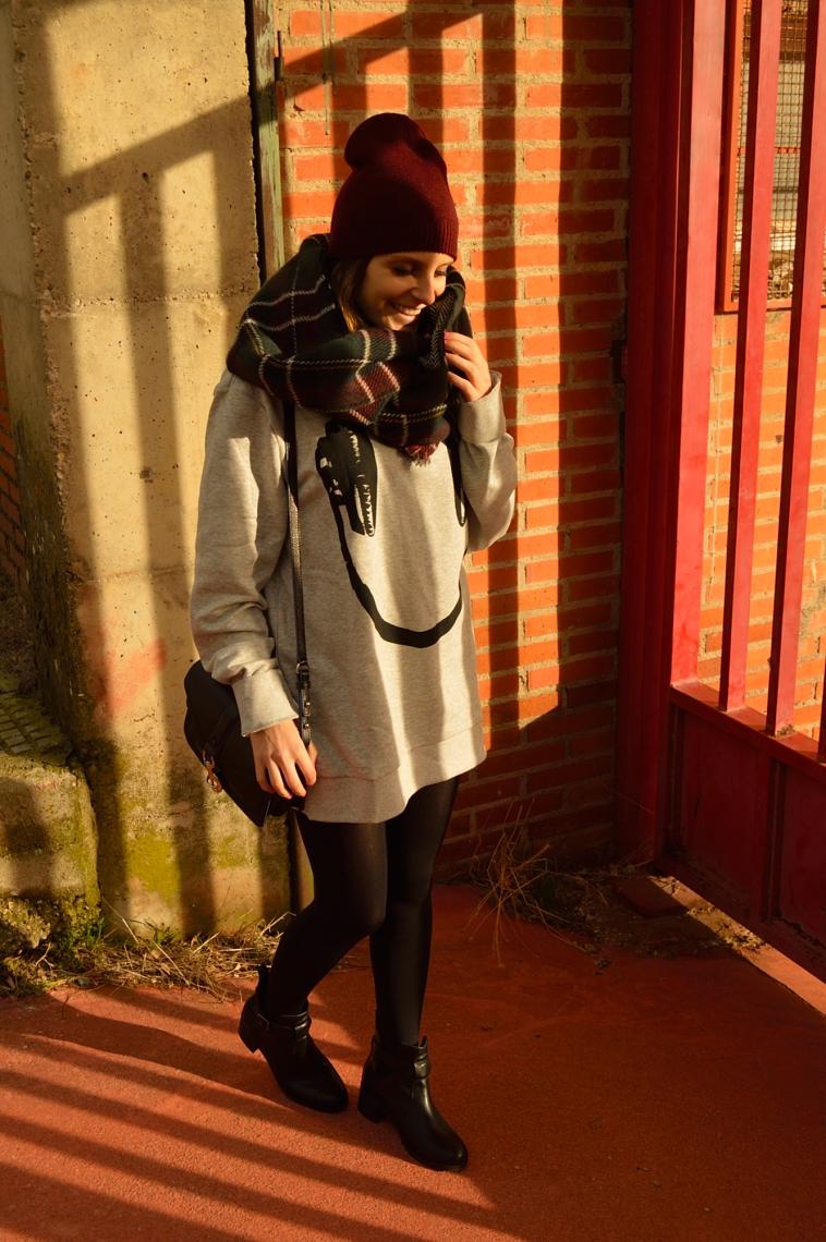 lara-vazquez-madlula-blog-smiley-burgundy-beanie-outfit-casual