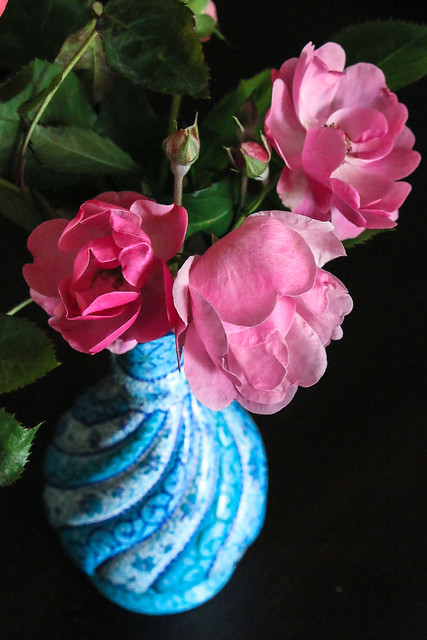 Roses in persian decorative Meenakari flower base ミーナー・カーリーの花瓶に入ったバラ