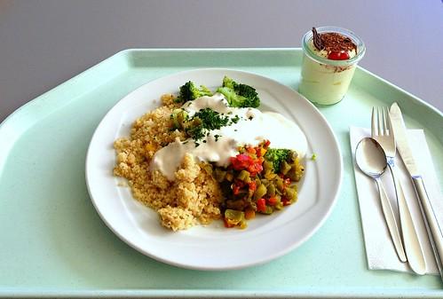 Paprika-Broccoli-Couscous mit Joghurt-Dip