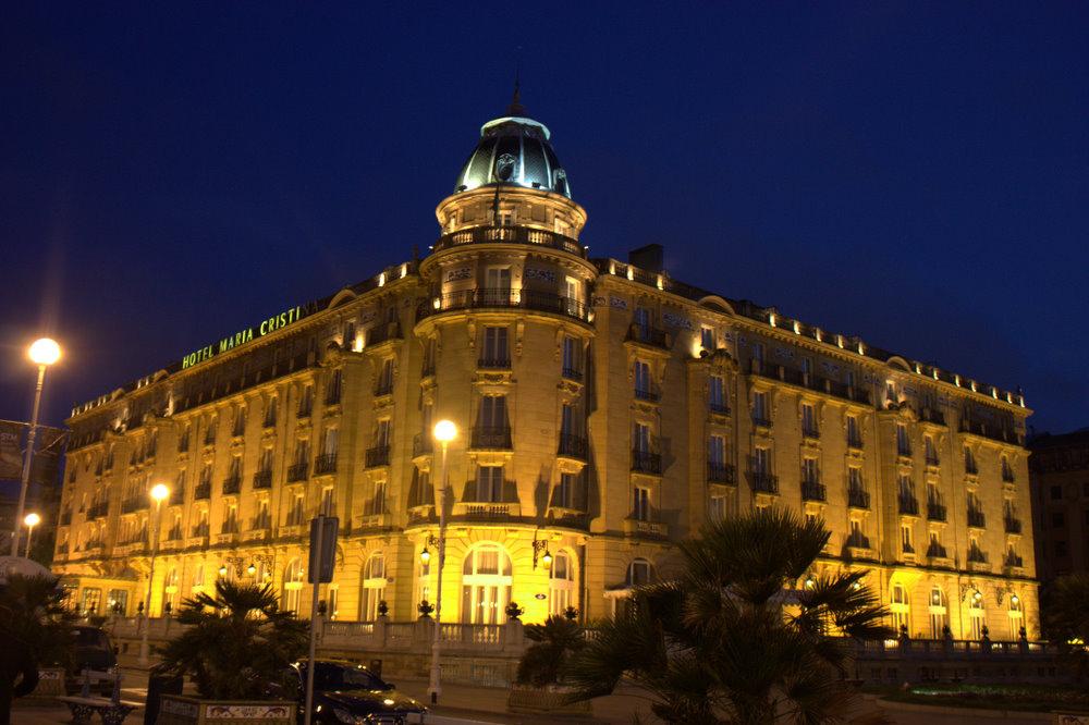 Hotel María Cristina de San Sebastián, al anochecer. Autor, Krista