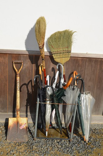 Umbrella broom shovel stand