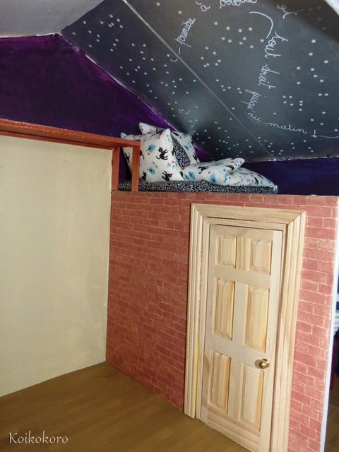 chambre finie avec un mur effet brique