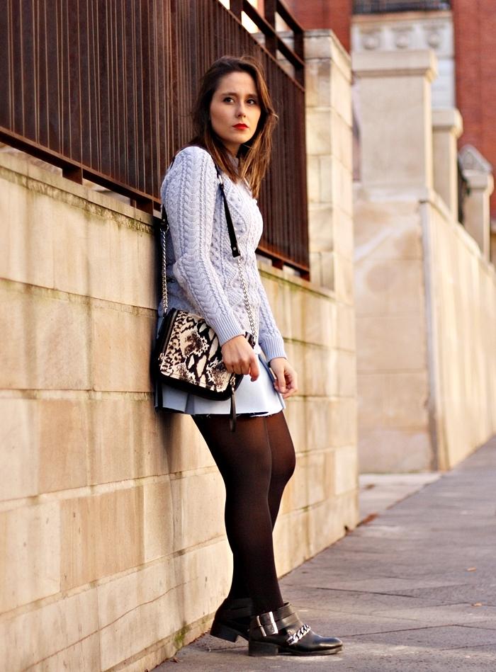 street_style-look_lady-fashion-light_blue-knit-printed_bag-black_boots-zara_skirt