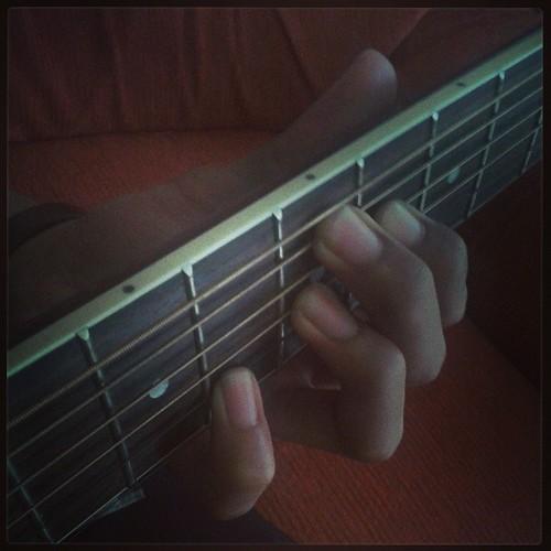 Jari-jemari yang sudah siap untuk menari lincah di atas fret gitar.