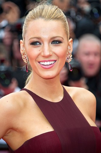 Blake-Lively-vogue-14may14-Rex_b_426x639