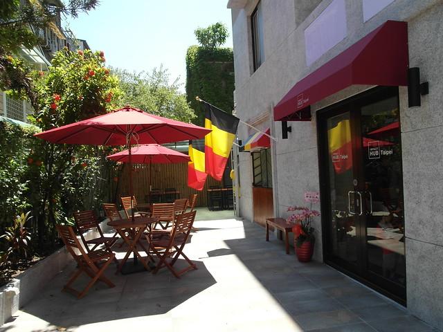 陽光灑落的小院子,搭上比利時國旗,很有渡假的氛圍@Waffle Please比利時列日鬆餅大安店