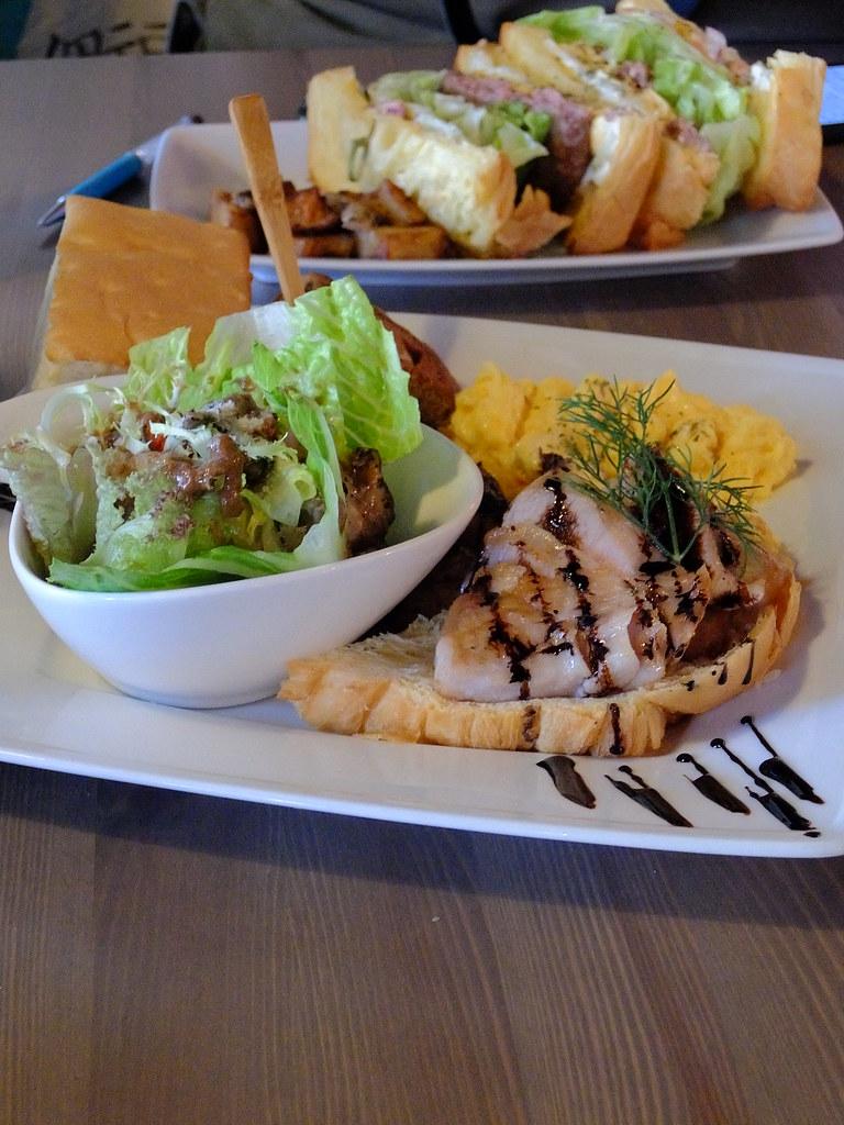 記得是鱈魚三明治? 可是回頭看照片又不太像QQ