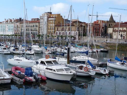 Puerto de Gijón con Cimadevilla al fondo