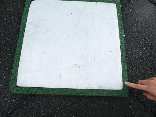 PS橡膠隔熱磚,以廢棄再重製的外皮包裹保護住裡面的主要隔熱材;攝影:郭叡