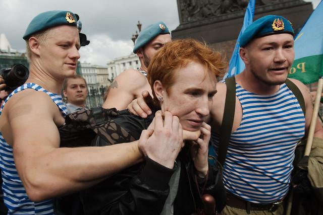 Гей-активист из Санкт-Петербурга провел одиночный пикет в день ВДВ на Дворц