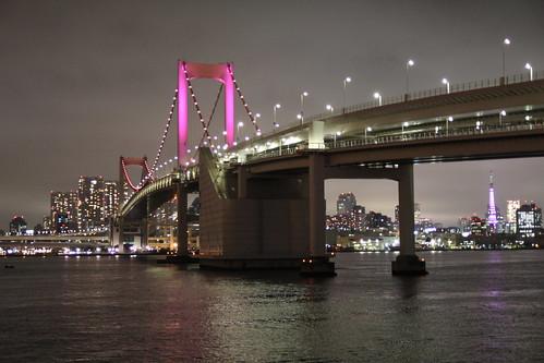 ピンクにライトアップされたレインボーブリッジ