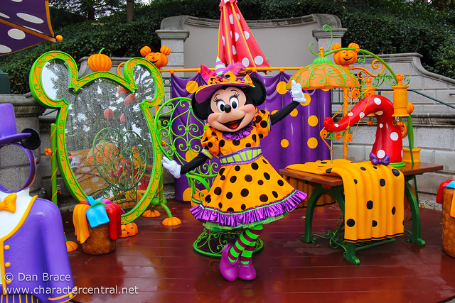 Meeting Halloween Minnie Mouse
