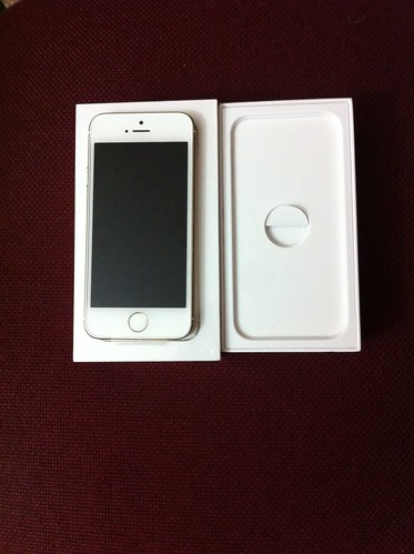 Apple iPhone 5S Gold inside the box