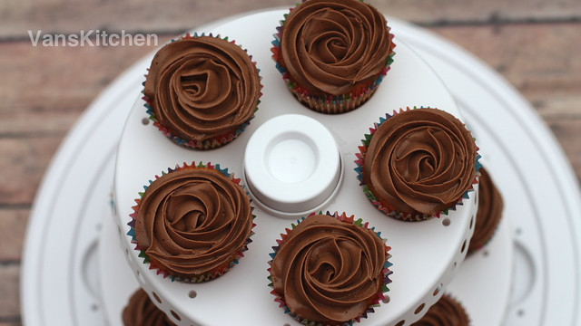 """Less-sweet"" cooked chocolate buttercream (Kem bơ sô cô la)"