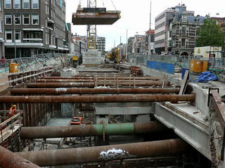 Photo of sheet pilings and crane activity - civil engineering on the excavation site for the metro tunnel under the city-center of Amsterdam; location Vijzelgracht; in the old city-center; urban photography by Fons Heijnsbroek, the Netherlands, 2007