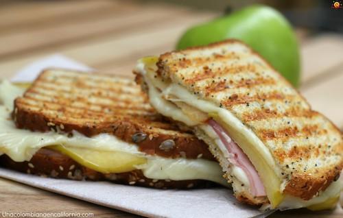 Panini de jamón, queso y manzana