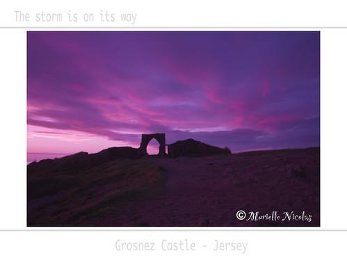 sunset castle ruins jersey chateau coucherdesoleil ruines stouen grosnezcastle