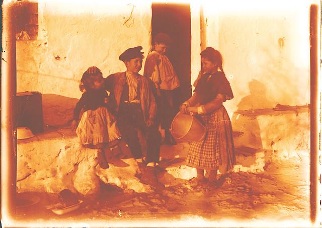 Niños en una venta hacia 1910. Fotografía de Pedro Román Martínez (c) JCCM, AHP, Fondo Rodríguez. Signatura R-150-3-01