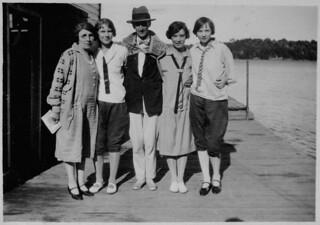 Wilson P. MacDonald and four women on a dock at Muskoka, Ontario, 1926 / Wilson P. MacDonald et quatre femmes sur un quai à Muskoka (Ontario), en 1926