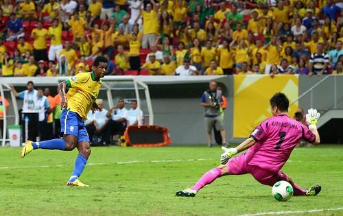 Jô marca seu primeiro gol na Copa das Confederações de 2013.