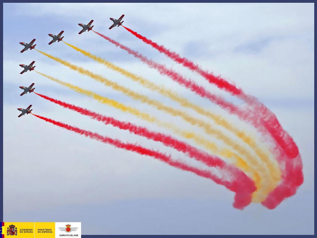 La Patrulla Águila dibuja la bandera de España en el cielo