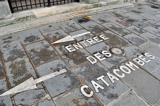 La entrada a las Catacumbas nos hace descender más de 20 metros, incluso por debajo del nivel del metro de París. Las colas para entrar superan incluso las tres horas. catacumbas de parís - 9757213416 85f3ab16b9 n - Catacumbas de París, donde se guarda la historia de la ciudad.