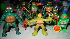Nickelodeon TEENAGE MUTANT NINJA TURTLES :: MINI TURTLE FIGURE 4-PACK xv // .. Mike with other Mini Michelangelo figs (( 2014 ))