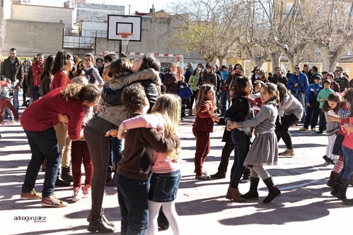 El balls de les abraçades al dia de la pau by ADRIANGV2009