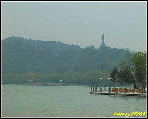 杭州 西湖 (其他景點) - 048 (湖濱路的湖畔看杭州地標 保淑塔及 西湖十景之 斷橋)