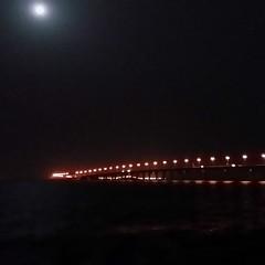 القمر واابحر ورفقة طيبة على جسر البحرين.