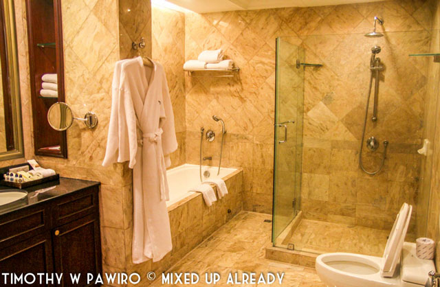 Philippines - Manila - Dusit Thani - Club Executive Suite - The bathroom