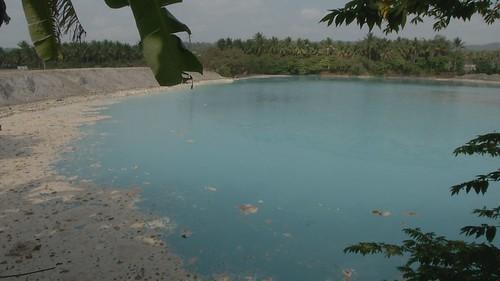 當地主回填爐石,池水從碧綠變成淡藍色。