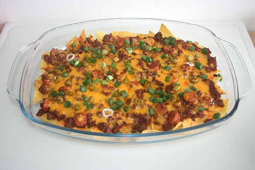 41 - Chili Dog Nachos - Garniert / Garnished