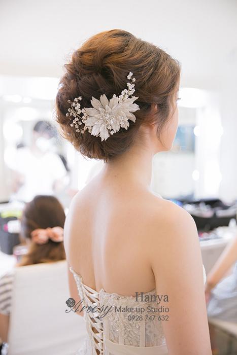 造型師Hanya,愛瑞思造型團隊,Dream婚紗工坊,魚骨編髮,蓬鬆編髮,花藝飾品,典雅白紗造型,韓國手工飾品,甜美可愛風 border=