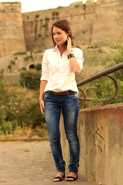 vaqueros y camisa blanca
