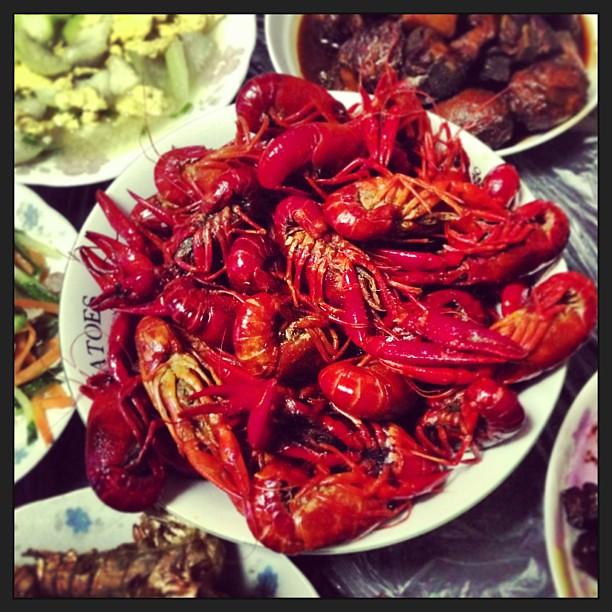 晚上在家吃美味的小龙虾啦〜偶尔一次〜