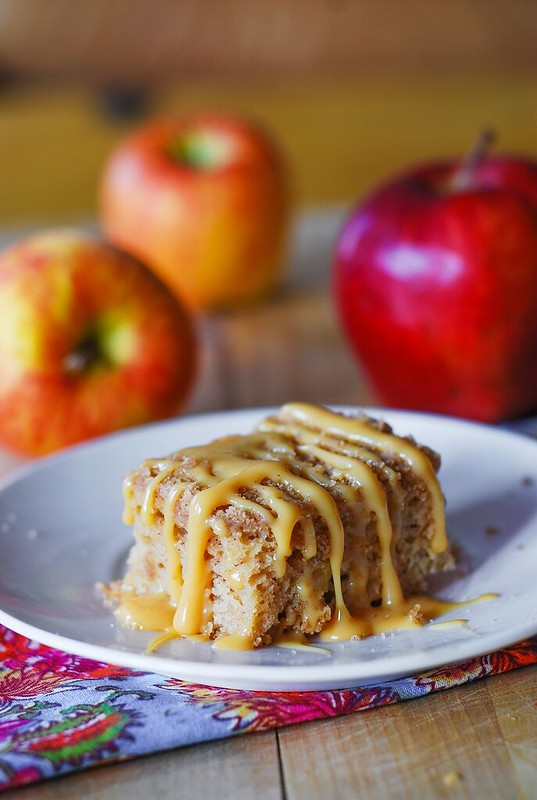 Apple crumb coffee cake with caramel sauce, coffee cake recipe, homemade dulce de leche, cinnamon, apple recipes
