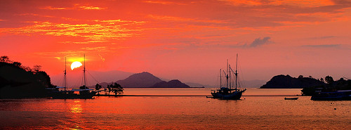 travel sunset mer flores indonesia see boat asia sonnenuntergang adventure asie bateau coucherdesoleil nationalgeographic indonésia indonésie floresisland mapoupoule îledeflores